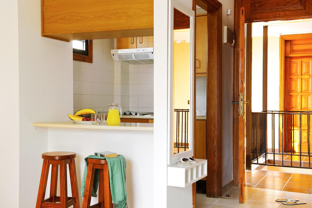 Kaksio, jossa olo- ja makuuhuone sekä parveke allasalueelle.