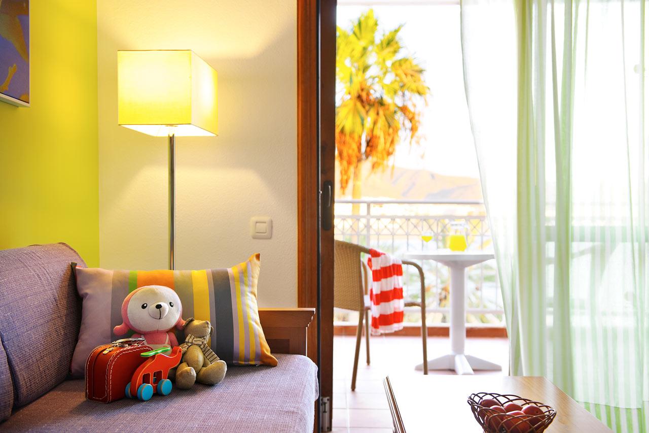 Kaksio kahdessa tasossa, makuuhuone ja olohuone sekä parveke ja merinäköala.