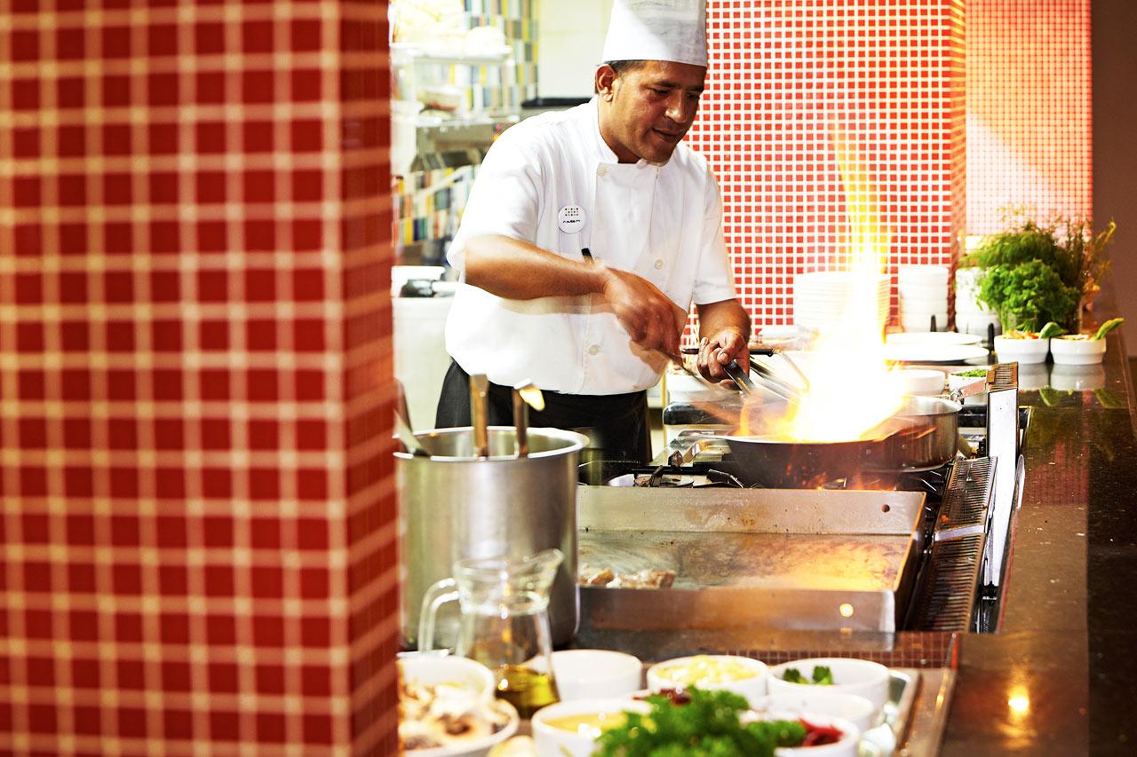 Ammattitaitoiset kokit loihtivat maukkaan illallisen Sunprime Restaurant -ravintolassa.