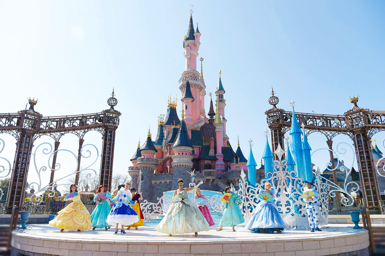 disney in paris Of course, these negative traits aren't paris-specific but paris is a big city, and —  like new york, london and even sydney — comes with all.